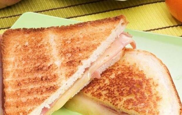 2 sandwichs o 2 tostas + 2 cañas por 5.3€
