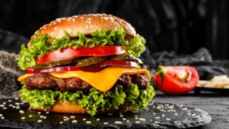 Dos hamburguesas, patatas, bebida y postre para dos
