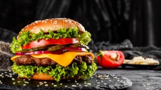 Dos ricas hamburguesas y patatas fritas ¡para llevar!